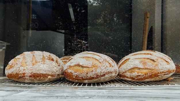 Des petits pains cuits au four fraîchement et chauds sont placés sur le comptoir en marbre pour la vente.