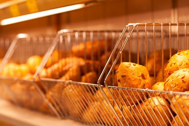 Des petits pains dans l'étalage d'une boulangerie