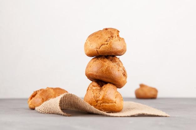 Petits pains dorés frais de la pâte à la crème (profiteroles)