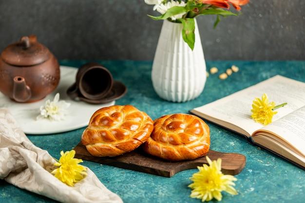Petits pains fraîchement cuits au four et livre ouvert sur la table