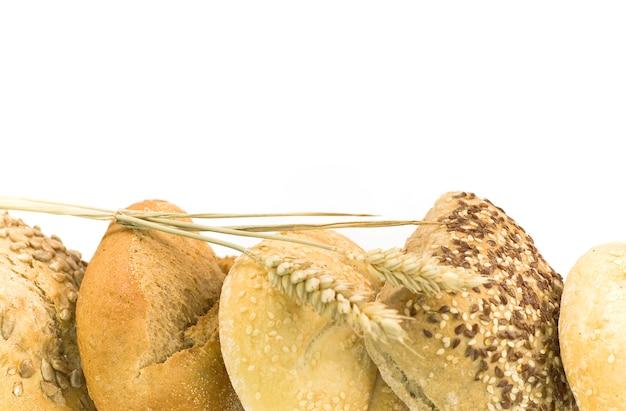 Petits pains frais sur blanc