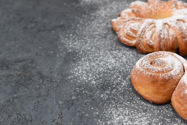 Petits pains frais sur le côté droit sur fond gris.