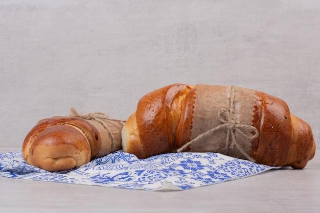 Petits pains frais faits maison sur blanc.