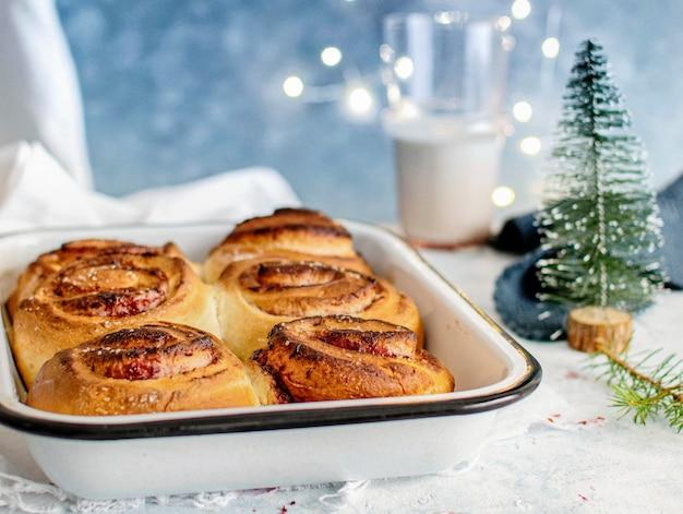 Petits pains frais faits maison avec confiture de cerises