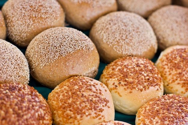 Petits pains frais à la pâte de levure aux graines de sésame et de pavot