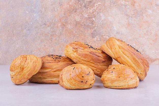 Petits pains gogal aux épices au cumin sur surface grise