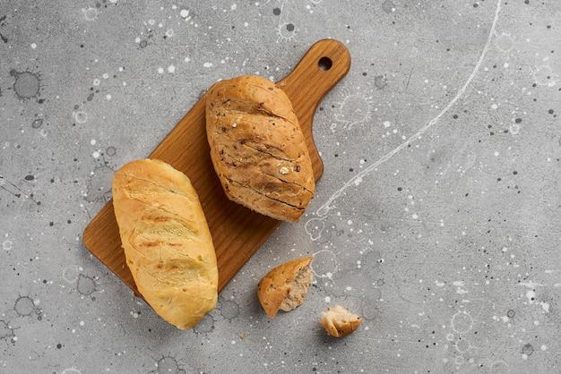 Petits pains avec des graines et du grain sur une texture de pierre