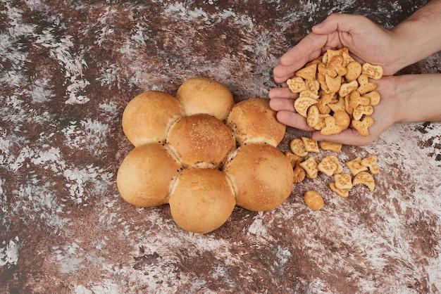 Petits pains isolés sur marbre avec des craquelins.