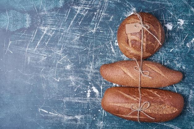Petits pains noirs sur bleu.