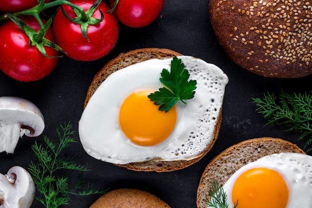 Petits pains avec des œufs de poule frits maison pour un petit-déjeuner sain. nourriture protéinée