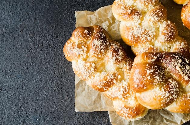 Petits pains parfumés au four. pâtisseries maison traditionnelles. vue de dessus de brioches de queue de cochon.