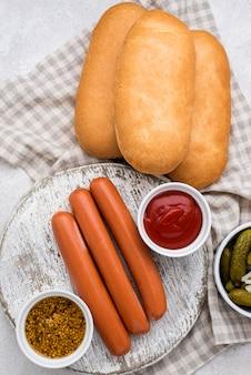 Petits pains plats, saucisses et sauce