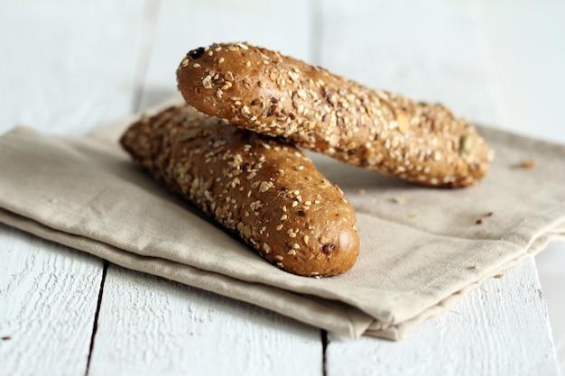 Petits pains savoureux avec différentes graines