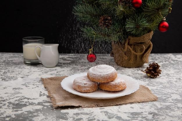 Petits pains sucrés saupoudrés ou cupcakes avec du sucre en poudre