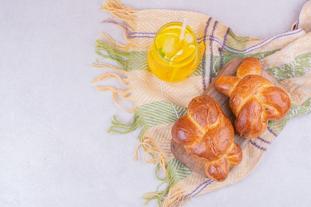 Petits pains sucrés avec un verre de jus de citron