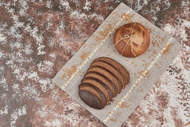 Petits pains sur torchon gris.
