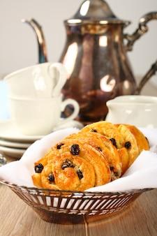Petits pains tourbillons sucrés sans gluten avec raisins secs pour le petit déjeuner