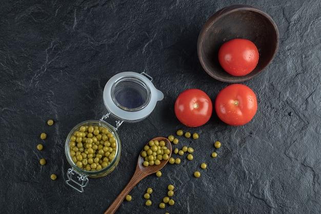 Petits pois marinés aux tomates.