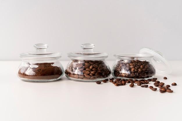 Petits récipients remplis de grains de café