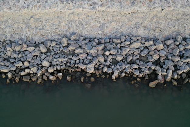 Petits rochers sur une plage