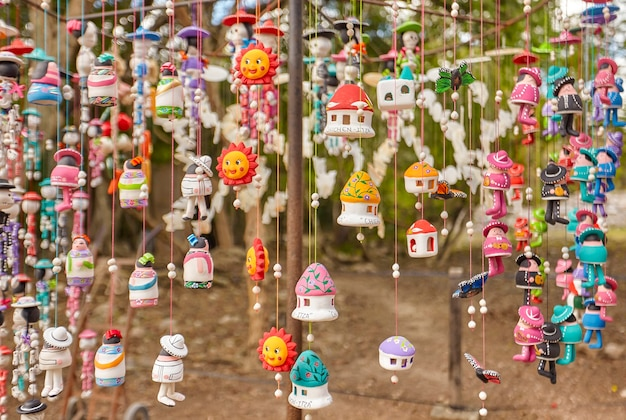 Petits souvenirs fabriqués à la main par des indigènes et vendus dans le complexe archéologique de chichen itza au mexique.