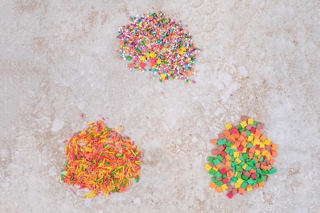 Petits tas de bonbons saupoudrés