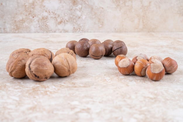 Petits tas de boules de chocolat, de noix et de noisettes