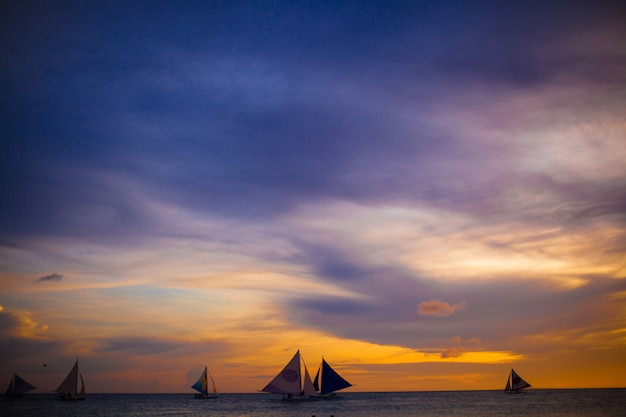 Petits voiliers sur le magnifique coucher de soleil aux philippines