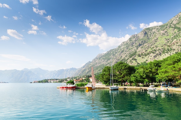 Petits yachts dans la baie entre les montagnes
