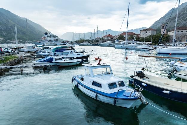 Petits yachts dans la baie
