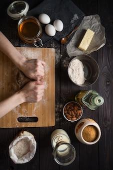 Pétrir la pâte à cuire parmi les ingrédients, vue de dessus