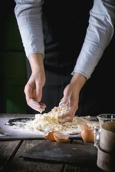 Pétrir la pâte avec des mains féminines
