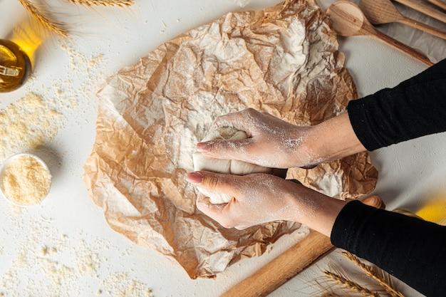 Pétrir la pâte pour la cuisson de la pizza sur le papier