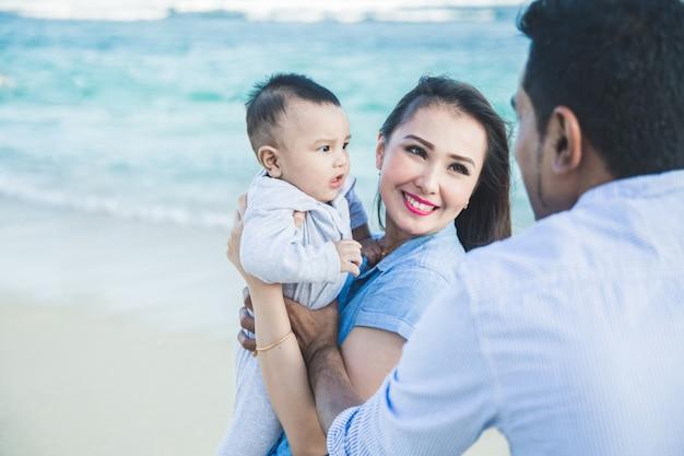 Peu de bonheur en famille pendant les vacances sur la plage