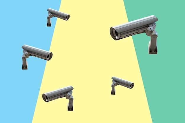 Peu de caméras de sécurité sur un mur coloré.