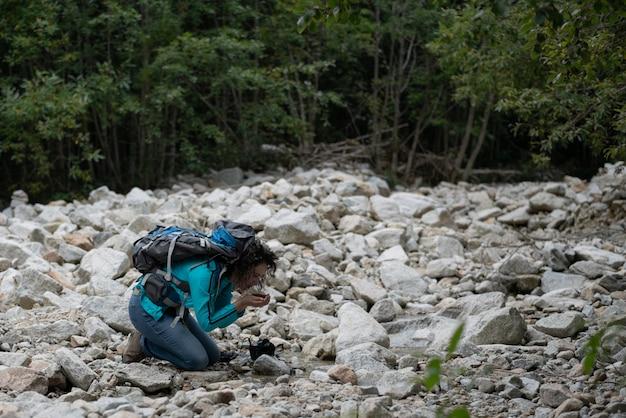 Un peu d'eau claire d'un ruisseau de montagne.