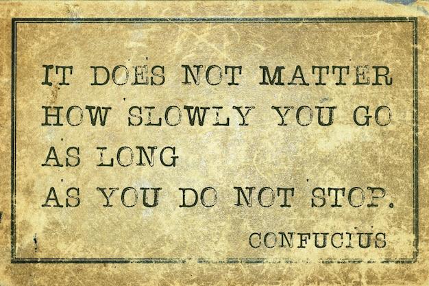 Peu importe la lenteur avec laquelle vous allez - ancienne citation du philosophe chinois confucius imprimée sur du carton vintage grunge