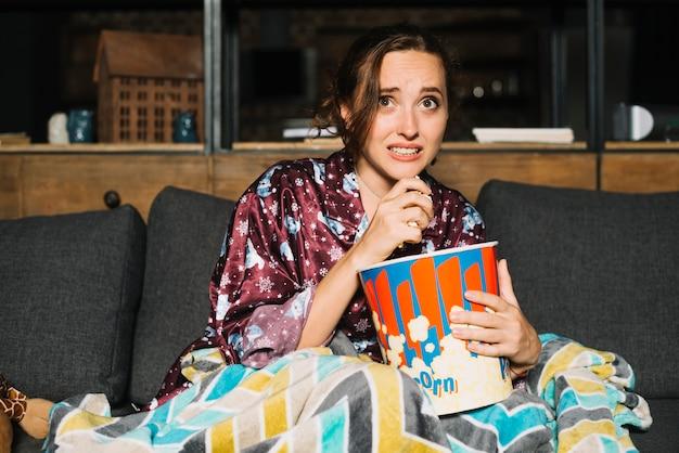 Peur jeune femme regarder la télévision