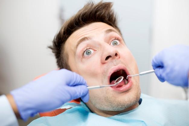 Peur, jeune homme, chez, dentiste
