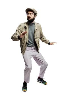 Peur jeune homme élégamment habillé dans des verres et avec une barbe. pleine hauteur. . verticale.