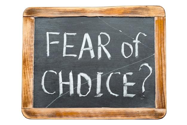 La peur de la question du choix manuscrite sur l'ardoise scolaire vintage isolated on white