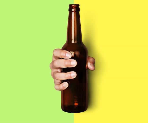 Peut boire la main de l'homme tenant le pot en aluminium