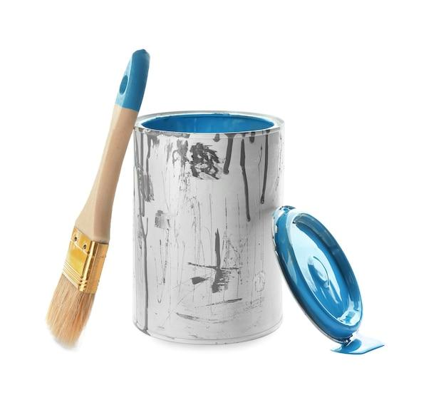 Peut de peinture et pinceau isolé