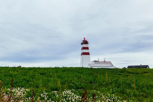 Le phare d'alnes sur l'île de godoy, près d'alesund; norvège