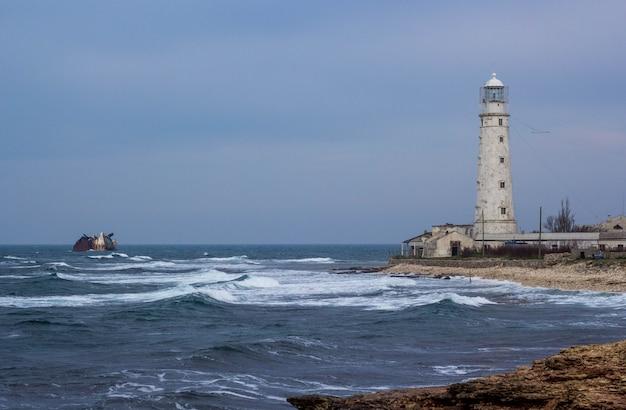 Phare au cap tarkhankut. côte de la mer, mer noire, crimée