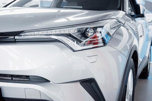 Phare avant avec des reflets brillants de la carrosserie de la voiture