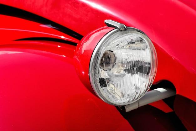 Phare avant sur une voiture vintage rouge