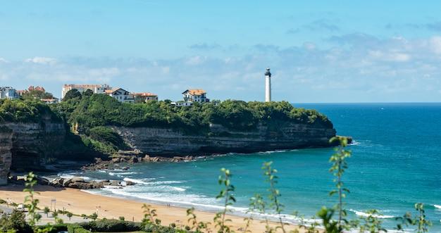 Phare de biarritz sur la falaise, pays basque, france