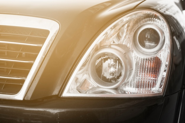 Phare élégant de l'automobile sombre