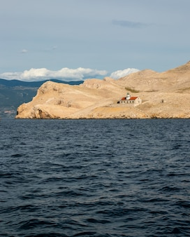 Un phare sur une petite île croate naviguant en vacances en europe